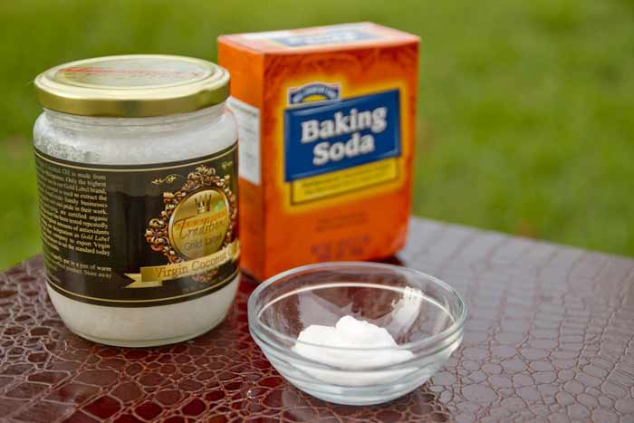 Brushing Teeth with Coconut Oil and Baking Soda-recipe