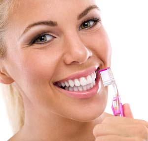 Brushing teeth with baking soda whitening remedy